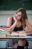 absorberad schoolgirltanke Arkivfoto