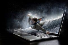 Absorberat av arbete eller teknologier Blandat massmedia Arkivfoton