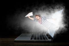 Absorberat av arbete eller teknologier Blandat massmedia Royaltyfri Foto