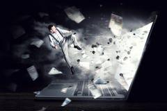 Absorberat av arbete eller teknologier Blandat massmedia Arkivbilder