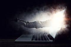Absorberat av arbete eller teknologier Blandat massmedia Arkivbild