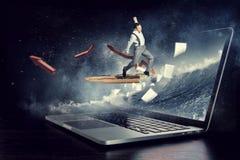Absorberat av arbete eller teknologier Blandat massmedia Arkivfoto