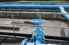 Absperrhahn leitet schmutziges Blasenwasser des Sauerstoffblasens Lizenzfreie Stockbilder