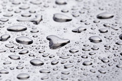 Abstact水滴下poniched不锈钢表面上 库存照片