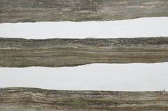 Abstact gjorde randig det lantliga kluvna cederträstångstaketet Arkivbild