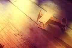 Abstarct foto av träflygplanleksaken över texturerad träbakgrund retro rökande stil för stångbildlady fotograferat utan aditing p Royaltyfri Bild