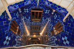 Absteigende Casen Batllo blaues mit Ziegeln gedecktes gewundenes Treppenhaus Stockbilder