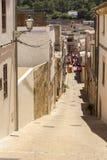 Absteigende schmale Straße von Capdepera, Majorca stockfotos