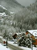 Absteigende schneebedeckte Straße der Wanderer Lizenzfreies Stockfoto