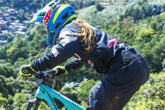 Absteigende Spur des Enduro-Mountainbike-Reiters stockbild