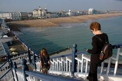 Absteigende steile Schritte auf einem Pier stockbild