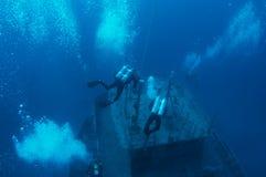 Absteigende Unterwasseratemgerät-Taucher stockbild