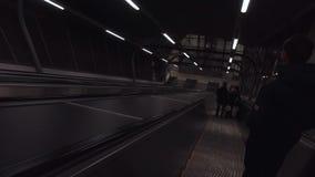 Abstieg auf einer Rolltreppe stock footage