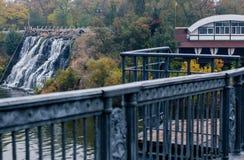 Abstieg der Treppe von der Fußgängerbrücke zum Damm Stockfotografie