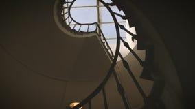 Abstieg entlang einer alten Wendeltreppe stock video