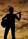 Abstimmen der Gitarre Stockfotos