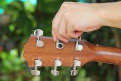 Abstimmen der Gitarrenschnüre Stockfotos