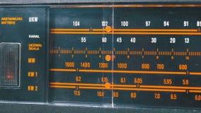 Abstimmende analoge Radioskala-Frequenz auf Skala des Weinlese-Empfängers stock video
