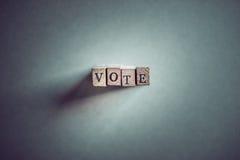 Abstimmung auf hölzernen Stempeln Stockbilder