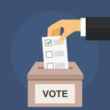 Abstimmung für Wahlkonzept Hand setzt Abstimmungsstimmzettel in Kasten ein Stockbild
