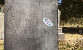 Abstimmungsaufkleber in einem Friedhof Lizenzfreies Stockfoto
