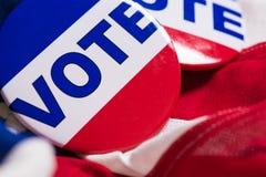 Abstimmungsknöpfe auf einem Hintergrund der amerikanischen Flagge Lizenzfreies Stockbild
