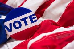 Abstimmungsknopf auf einer amerikanischen Flagge Lizenzfreies Stockbild
