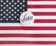 Abstimmungsknopf auf US-Flagge Stockfotos