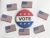 Abstimmungsknopf mit amerikanischen Flaggen Stockfotos