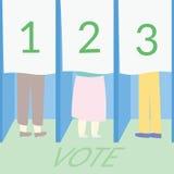 Abstimmungskonzept durch einige Leute, die an einem Wahllokal wählen Lizenzfreies Stockbild