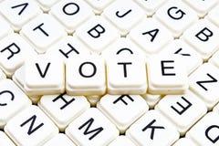 Abstimmungstiteltext-Wortkreuzworträtsel Alphabetbuchstabe blockiert Spielbeschaffenheitshintergrund Weiße alphabetische Buchstab Lizenzfreies Stockfoto