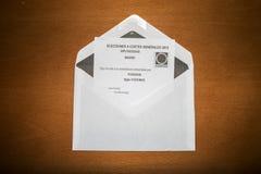 Abstimmungsumschläge für Senat und Kongreß am spanischen Parlamentswahltag, gelegt auf Holzoberfläche Stockfotos
