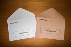 Abstimmungsumschläge für Senat und Kongreß am spanischen Parlamentswahltag, gelegt auf Holzoberfläche Lizenzfreies Stockbild