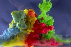 Abstracção do movimento de gotas líquidas não-ferrosas Foto de Stock Royalty Free