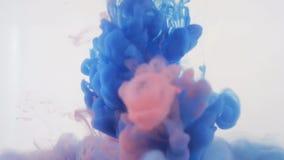 Abstracción del fondo de Colourfull Tinta roja y azul en agua almacen de metraje de vídeo