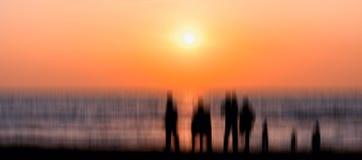 Abstracción extranjera grande de la puesta del sol de la reunión de la silueta de la familia Imagen de archivo libre de regalías