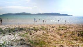 Abstract achtergrond onscherp overzees strand bokeh met licht en het schitteren stock footage