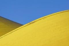 Abstract architecturaal detail moderne architectuur, gele panelen bij de bouw van voorgevel Stock Foto's