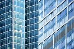 Abstract architectuurfragment met blauwe staalpanelen Stock Fotografie
