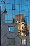 Abstract beeld als bezinning van oude stijlgebouwen in een glas van Haas-huis bij de stad in van Wenen Royalty-vrije Stock Foto's