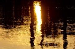 Abstract beeld die van zonsondergangverlichting weg van water nadenken Stock Foto