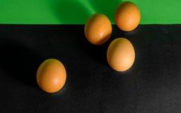 Abstract beeld in Pasen, vier eieren van hoofdzakelijk zwart en op de bovenste gedeelte groene achtergrond Stock Afbeelding
