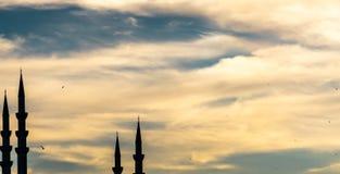 Abstract beeld van artistieke shilouette van vier minaretten tegen een dramatische bewolkte hemel, royalty-vrije stock afbeelding