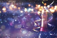 Abstract beeld van champagnefles en feestelijke lichten Stock Afbeelding