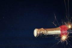 Abstract beeld van champagnefles en feestelijke lichten Royalty-vrije Stock Foto's