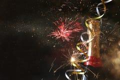 Abstract beeld van champagnefles en feestelijke lichten Stock Fotografie