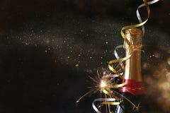 Abstract beeld van champagnefles en feestelijke lichten Royalty-vrije Stock Fotografie