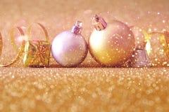 abstract Beeld van de baldecoratie van de Kerstmis feestelijke boom Royalty-vrije Stock Afbeeldingen
