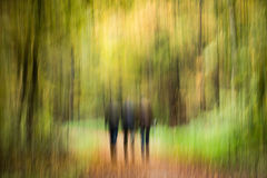 Abstract beeld van drie mensen die door het bos lopen Royalty-vrije Stock Afbeelding