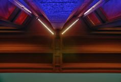 Abstract beeld van een de bouwdetail bij nacht Stedelijke meetkunde Stock Fotografie